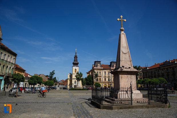 piata-traian-din-timisoara-judetul-timis-imagine-cu-biserica-si-monumentul-aflat-aici.jpg