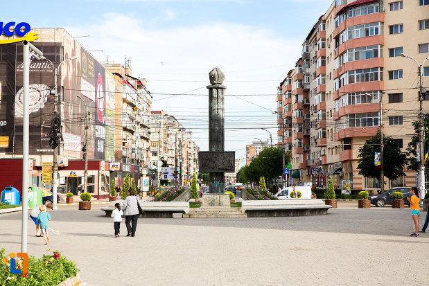 piata-tricolorului-si-monumentul-eroilor-din-targoviste-judetul-dambovita.jpg