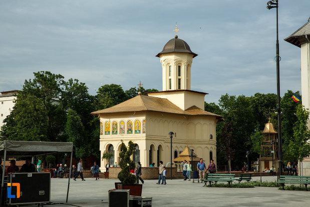 piata-unirii-si-biserica-nasterea-sf-ioan-botezatorul-1664-din-focsani-judetul-vrancea.jpg