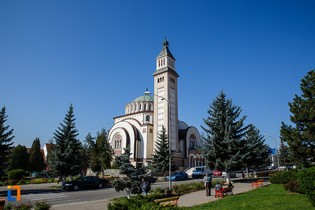 piata-victoriei-si-catedrala-ortodoxa-sf-arhangheli-mihail-si-gavril-din-orastie-judetul-hunedoara.jpg