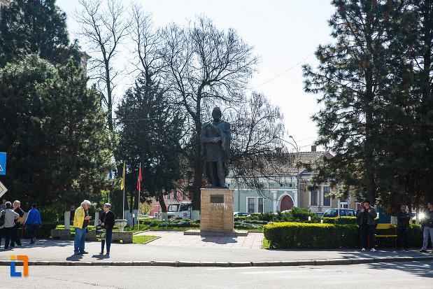 piata-victoriei-si-statuia-regelui-burebista-din-orastie.jpg