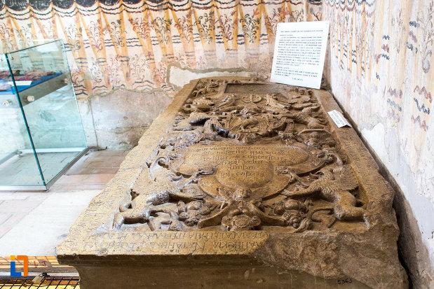 piatra-de-mormant-sculptata-biserica-domneasca-adormirea-maicii-domnului-din-targoviste-judetul-dambovita.jpg