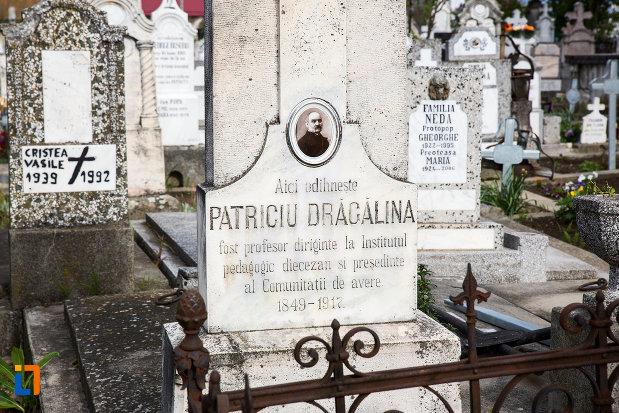 piatra-funerara-de-la-mormantul-istoricului-patriciu-dragalina-din-caransebes-judetul-caras-severin.jpg