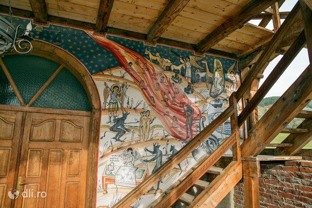 pictura-exterioara-de-la-biserica-noua-de-lemn-din-rozavlea-judetul-maramures.jpg