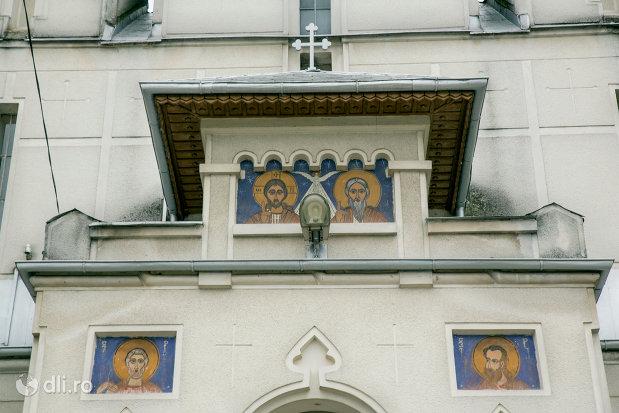 picturi-de-la-intrarea-in-biserica-sfanta-treime-din-ardusat-judetul-maramures.jpg