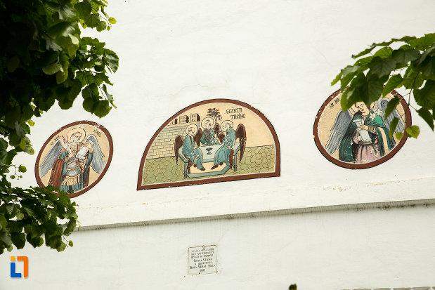 picturi-exterioare-de-la-biserica-sf-treime-din-caracal-judetul-olt.jpg