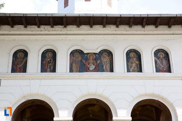 picturi-murale-exterioare-biserica-ortodoxa-din-pucioasa-judetul-dambovita.jpg