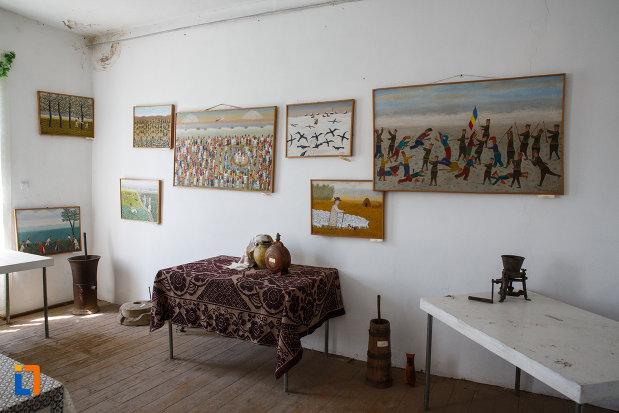 picturi-si-obiecte-expuse-in-muzeul-de-etnografie-si-arta-populara-din-ciacova-judetul-timis.jpg