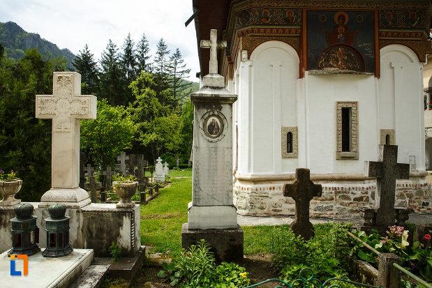 pietre-de-mormant-aflate-la-manastirea-turnu-din-pausa-judetul-valcea.jpg
