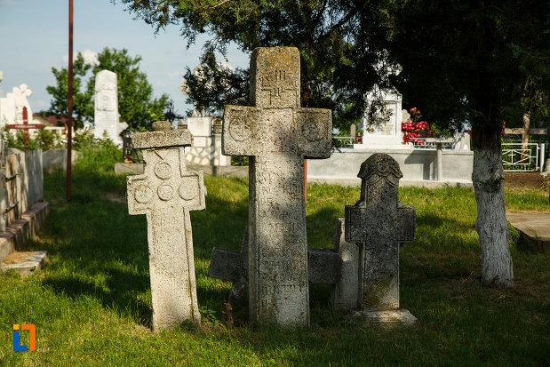 pietre-de-mormant-ansamblul-bisericii-sf-cruce-din-odobesti-judetul-vrancea.jpg