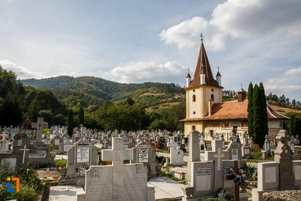 pietre-funerare-si-biserica-din-grui-nasterea-sf-ioan-botezatorul-1742-din-saliste-judetul-sibiu.jpg