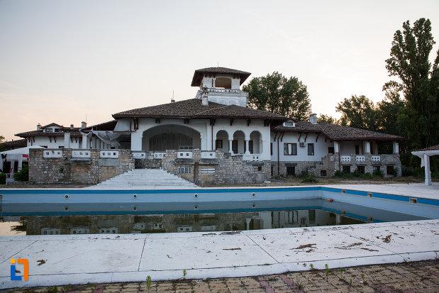 piscina-si-castelul-din-mamaia-judetul-constanta.jpg