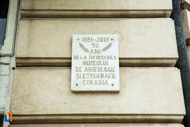 placa-comemorativa-de-la-palatul-cosma-constantinescu-casa-de-cultura-si-muzeul-de-arheologie-si-etnografie-judetul-olt.jpg