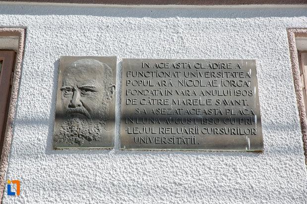 placa-comemorativa-de-la-sediul-fostei-universitati-populare-nicolae-iorga-azi-muzeul-natural-vaii-teleajenului-din-valenii-de-munte-judetul-prahova.jpg