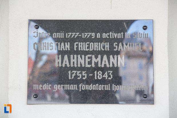 placa-comemorative-de-la-muzeul-de-istorie-a-farmaciei-din-sibiu-judetul-sibiu.jpg