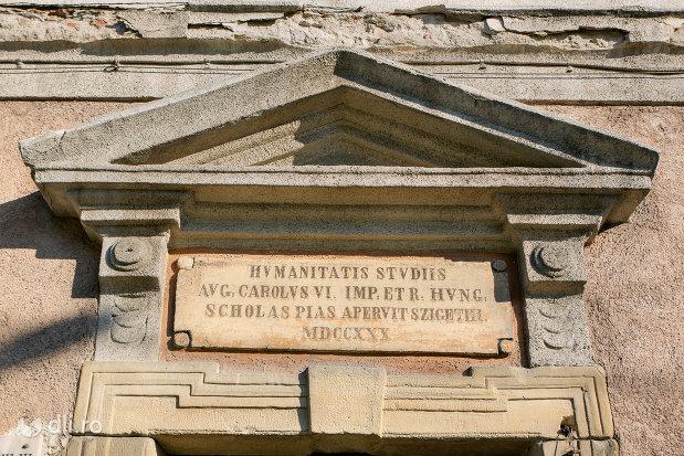 placa-de-la-intrarea-in-muzeul-de-stiintele-naturii-istorie-si-arheologie-din-sighetu-marmatiei-judetul-maramures.jpg