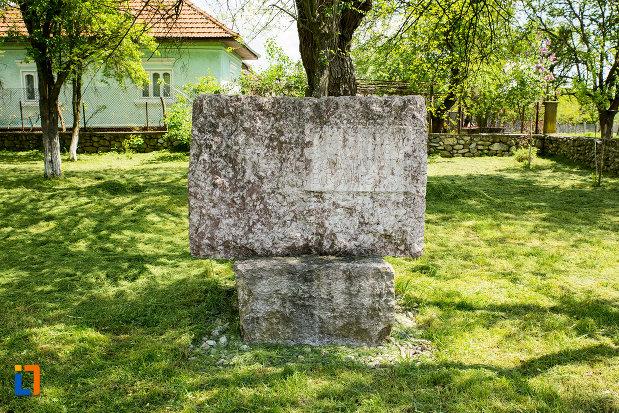 placa-din-piatra-de-la-casa-memoriala-constantin-brancusi-din-hobita-judetul-gorj.jpg