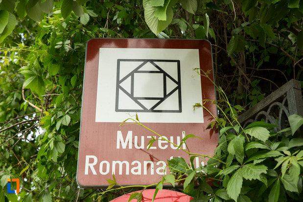 placa-indicatoare-cu-muzeul-romanatiului-din-caracal-judetul-olt.jpg