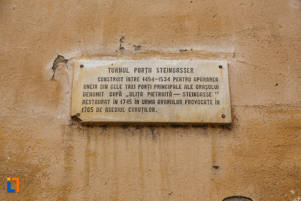 placa-informativa-cu-latura-de-nord-turnul-portii-strazii-pietruite-curtine-fragmente-a-cetatii-din-medias-judetul-sibiu.jpg