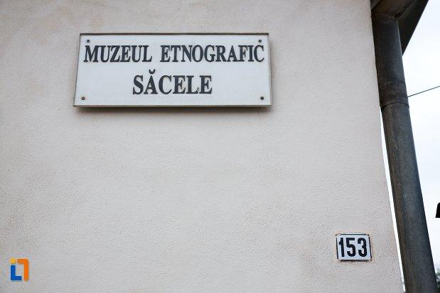placa-informativa-cu-muzeul-etnografic-sacele-judetul-brasov.jpg