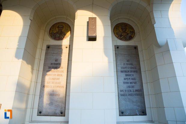 placi-cu-inscriptii-de-la-catedrala-reintregirii-din-alba-iulia-judetul-alba.jpg