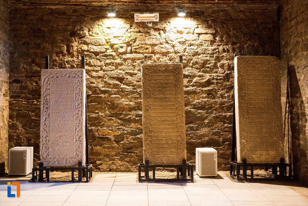 placi-inscriptioante-din-piatra-palatul-domnesc-ruine-palatul-petru-cercel-din-targoviste-judetul-dambovita.jpg