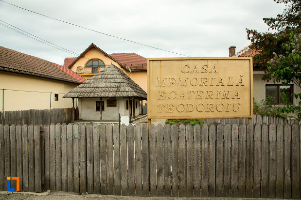 placuta-cu-casa-memoriala-ecaterina-teodoroiu-din-targu-jiu-judetul-gorj.jpg