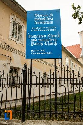 placuta-cu-informatii-despre-biserica-romano-catolica-si-manastirea-franciscana-1736-din-fagaras-judetul-brasov.jpg