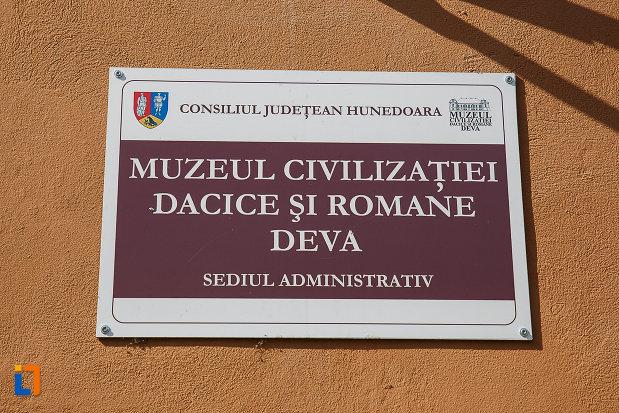 placuta-cu-muzeul-civilizaitiei-dacice-si-romane-din-deva.jpg