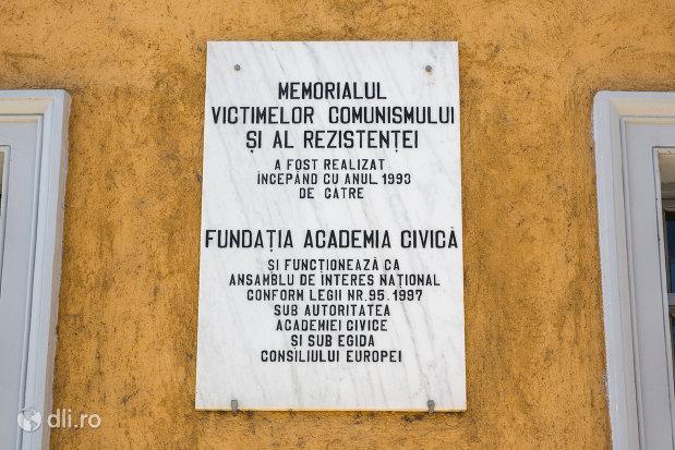placuta-de-la-memorialul-victimelor-comunismului-si-al-rezistentei-din-sighetu-marmatiei-judetul-maramures.jpg