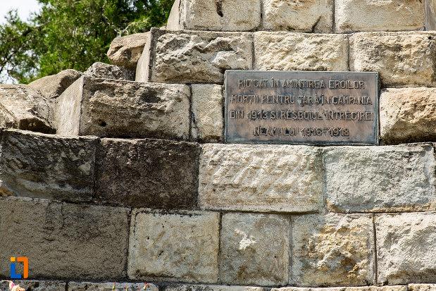 placuta-de-la-monumentul-eroilor-din-pucioasa-judetul-dambovita.jpg