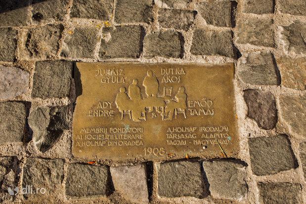 placuta-de-la-statuia-cum-membrii-fondatori-ai-societatii-literare-a-holnap-din-oradea-judetul-bihor.jpg