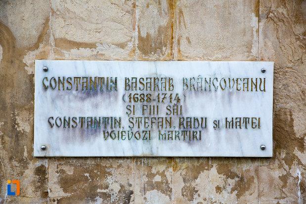 placuta-de-la-statuia-lui-constantin-basarab-brancoveanu-si-fii-sai-din-targoviste-judetul-dambovita.jpg