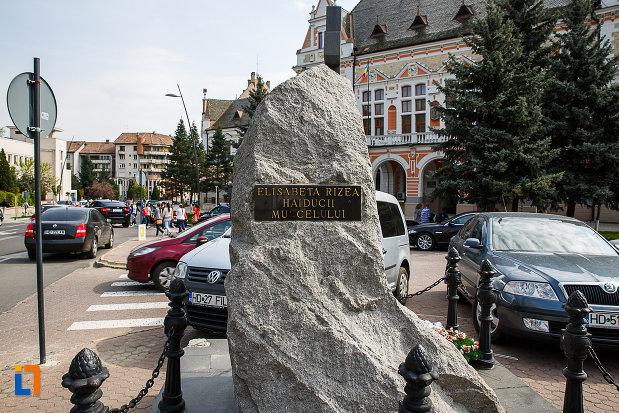 placuta-de-pe-monumentul-luptatorilor-anticomunisti-din-deva-judetul-hunedoara.jpg