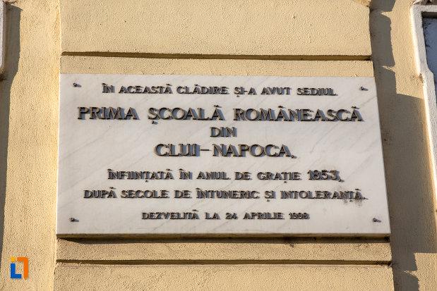 placuta-de-pe-prima-scoala-romaneasca-din-cluj-napoca-judetul-cluj.jpg
