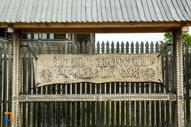 placuta-din-lemn-cu-muzeul-arhitecturii-populare-din-curtisoara-judetul-gorj.jpg