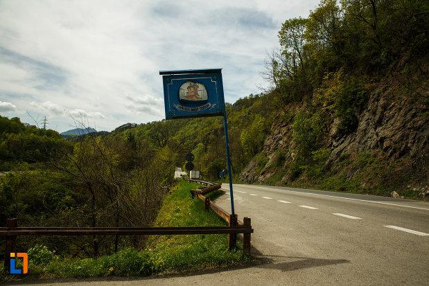 placuta-indicatoare-cu-manastirea-cornetu-din-calinesti-judetul-valcea.jpg
