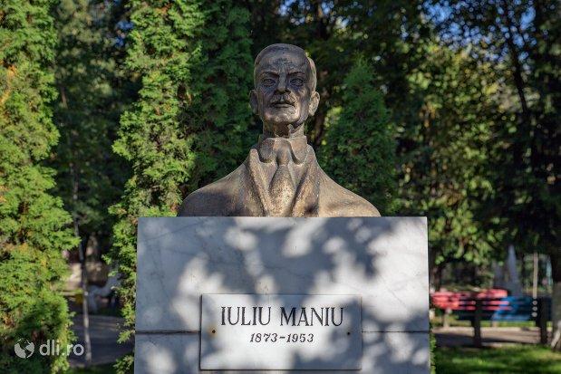 placuta-si-bustul-de-la-statuia-lui-ion-iuliu-maniu-din-negresti-oas-judetul-satu-mare.jpg