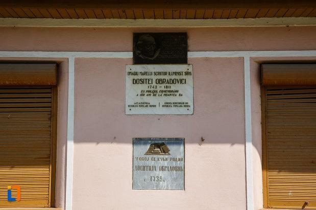 placute-aflate-pe-casa-memoriala-dositei-obradovici-din-ciacova-judetul-timis.jpg