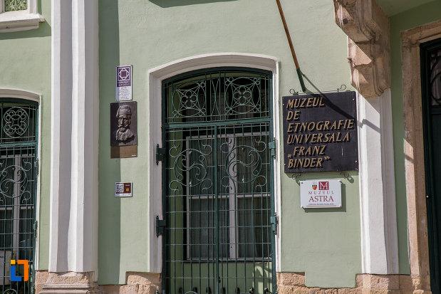 placute-cu-informatii-despre-muzeul-de-etnogtrafie-universala-franz-binder-din-sibiu-judetul-sibiu.jpg