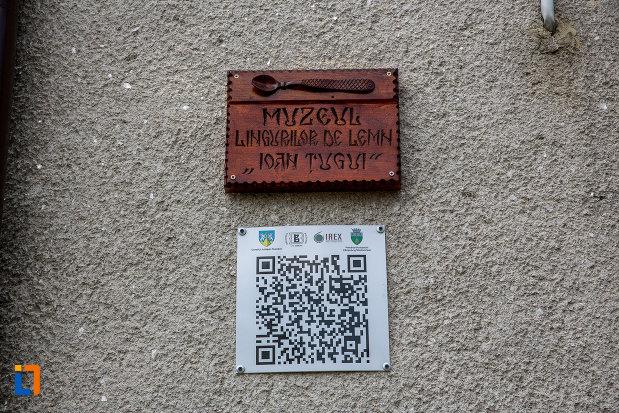 placute-informative-de-la-muzeul-lingurilor-ion-tugui-din-campulung-moldovenesc-judetul-suceava.jpg