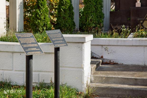 placute-langa-monumentul-holocaustului-din-oradea-judetul-bihor.jpg