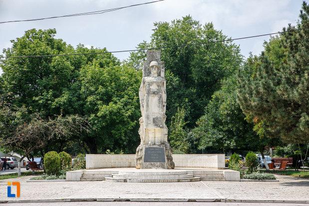 platou-central-cu-monumentul-eroilor-cazuti-in-cel-de-al-doilea-razboi-mondial-din-alexandria-judetul-teleorman.jpg