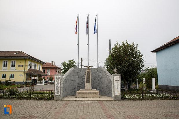 platou-central-cu-monumentul-eroilor-din-copsa-mica-judetul-sibiu.jpg