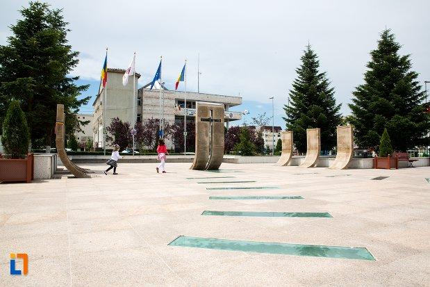 platou-central-cu-monumentul-eroilor-din-orasul-mioveni-judetul-arges.jpg