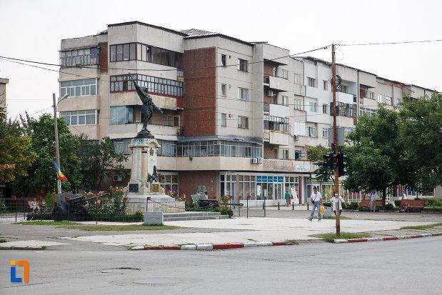 platou-central-cu-monumentul-eroilor-din-rosiori-de-vede-judetul-teleorman.jpg