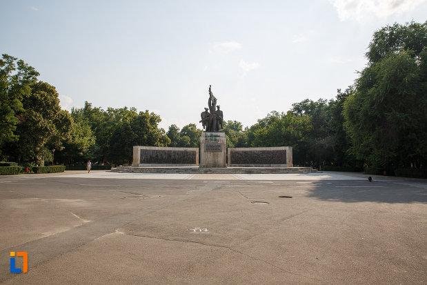 platou-central-cu-monumentul-independentei-din-turnu-magurele-judetul-teleorman.jpg