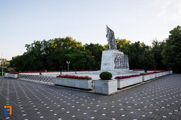 platou-central-cu-monumentul-ostasului-necunoscut-din-timisoara-judetul-timis.jpg