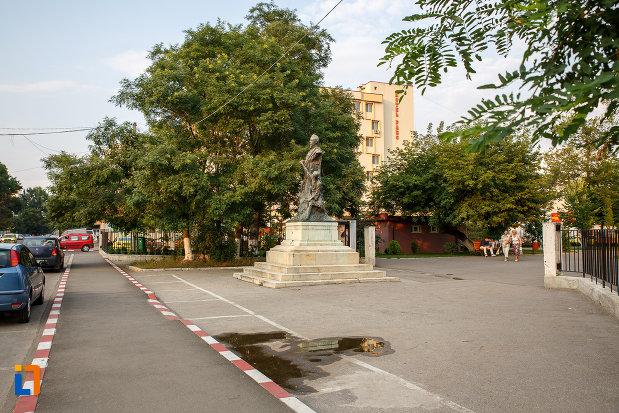 platou-central-cu-statuia-lui-alexandru-ioan-cuza-din-alexandria-judetul-teleorman.jpg