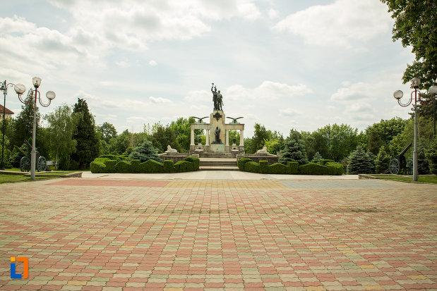platou-cu-monumentul-eroilor-din-primul-razboi-mondial-din-drobeta-turnu-severin-judetul-mehedinti.jpg